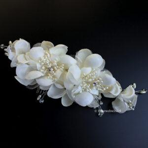 Haarkam Met Witte Bloemen Van Stof En Tule Met Pareltjes Kleur Crème EBK057
