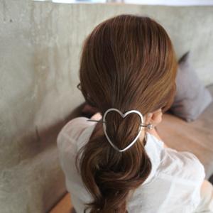 Haarspeld Zilverkleurig Opengewerkt Met Hart Kleur Zilver (1)