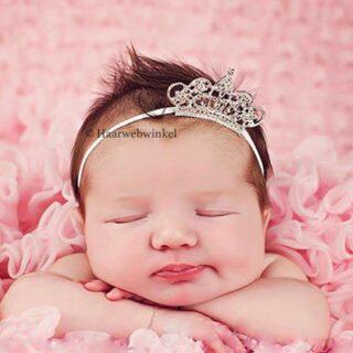 Ook uw kleine prinsesje wordt niet vergeten😍 Hoe schattig is dit haarbandje met kroontje☺️ Ook superleuk voor #newborn #newbornshoot Te bestellen op www.haarwebwinkel.nl #bruid #bride #bruidsmeisje #bridesmaids #trouwen #trouwerij #huwelijk #weddings #weddinghair #bruiloft #communie #bruidskapsel #bridalhair #haar #haarspeldjes #tiara #diadeem #haarwebwinkel #picoftheday