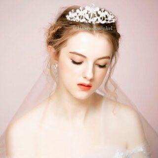 Deze prachtige tiara met vlinders is vanaf nu verkrijgbaar op www.haarwebwinkel.nl #bruid #bride #bruidsmeisje #bridesmaids #trouwen #trouwerij #huwelijk #weddings #weddinghair #bruiloft #communie #bruidskapsel #bridalhair #haar #haarspeldjes #tiara #diadeem #haarwebwinkel #picoftheday